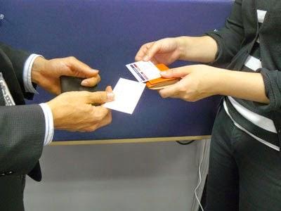 Cách nhận card visit đúng